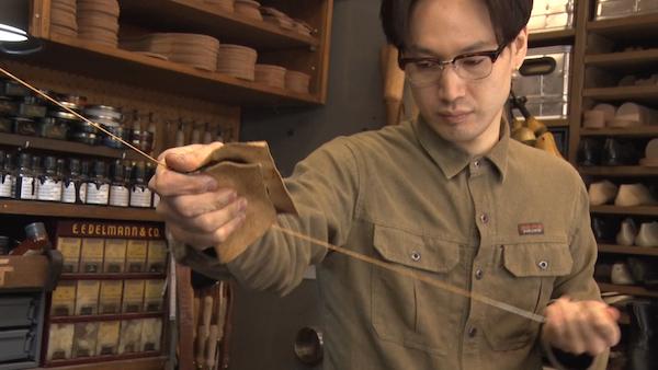 糸を作る村上塁さんの画像